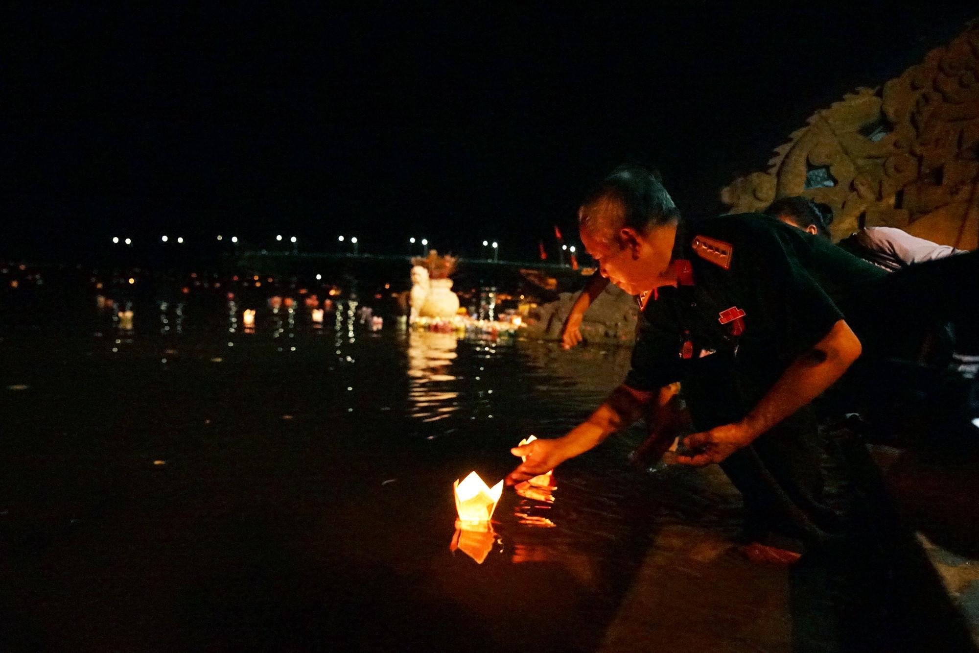 Hoa đăng tri ân anh hùng, liệt sĩ tỏa sáng sông Thạch Hãn