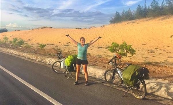 Nữ phượt thủ người Anh bật khóc khi bị mất xe đạp tại Sài Gòn