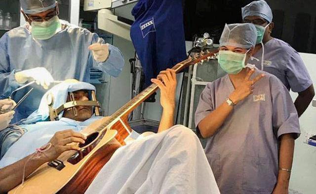 Nhạc công Ấn Độ chơi guitar trong khi đang phẫu thuật não