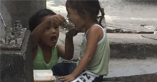 Cậu bé ăn xin và hành động với em gái khiến người xem phải rớt nước mắt