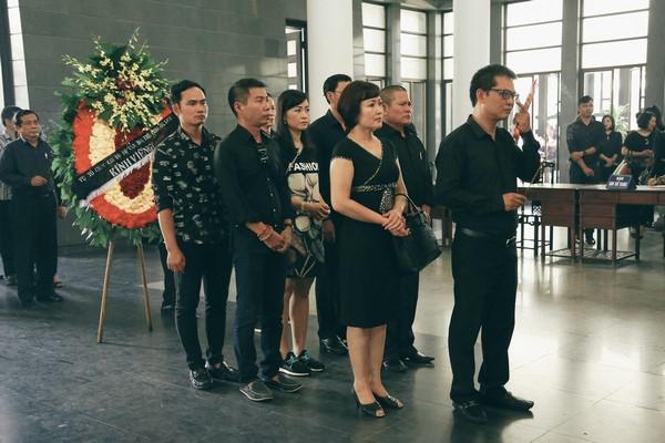 Nhiều nghệ sĩ miền Bắc tới tiễn đưa mẹ NSƯT Chí Trung