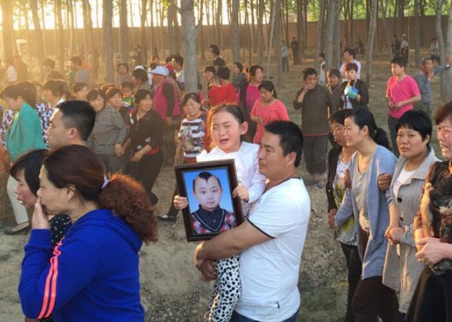 Ảnh mộ phần của sao nhí 9 tuổi Trung Quốc gây thương cảm