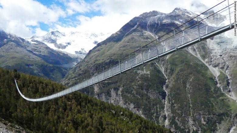 Cầu treo bộ hành phá kỷ lục thế giới, chỉ xây trong 10 tuần