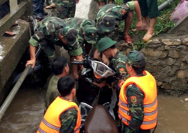 Bộ đội biên phòng cứu cô gái bị lũ cuốn trôi
