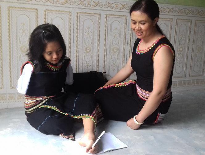 Cô học trò cầm viết bằng chân