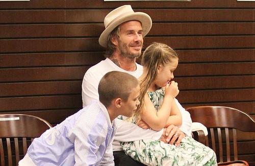 Harper cùng bố và anh trai đến mừng buổi ra mắt sách ảnh của Brooklyn