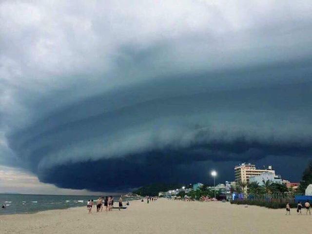"""Ảnh chụp cùng """"đám mây lạ"""" ở bãi biển Sầm Sơn thu hút sự quan tâm trên mạng xã hội"""