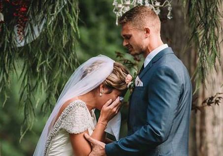 Cô dâu bật khóc khi nghe giọng của ông nội đã mất tại lễ cưới