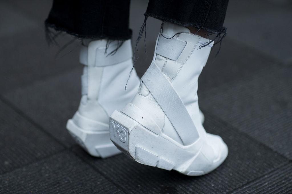 Những mẫu sneaker ấn tượng tại Tokyo Fashion Week thu đông 2017