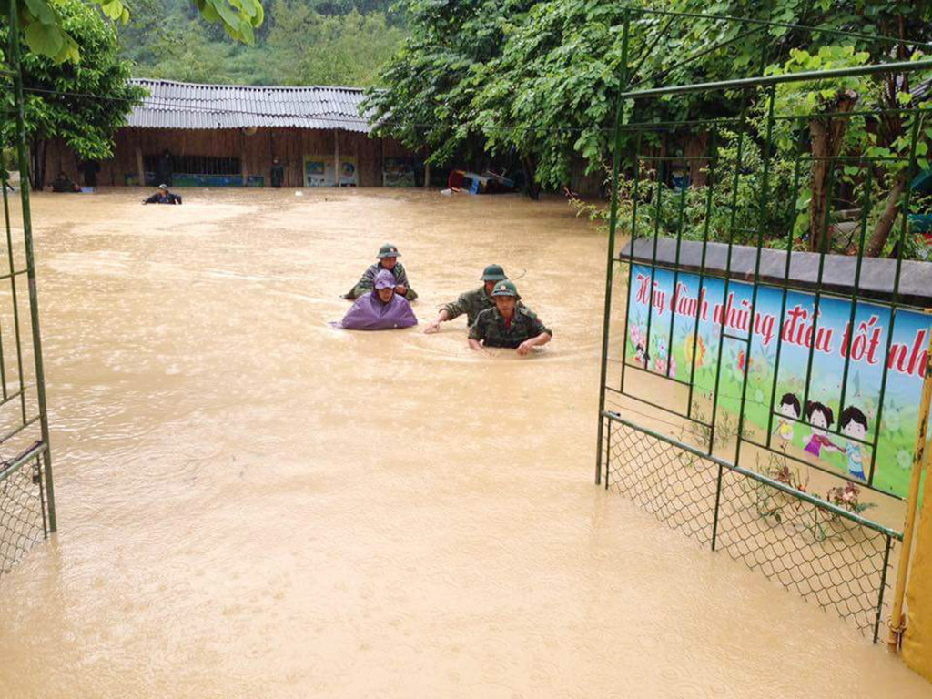 Lũ ống tràn về, nước ngập gần lút đầu người ở Điện Biên