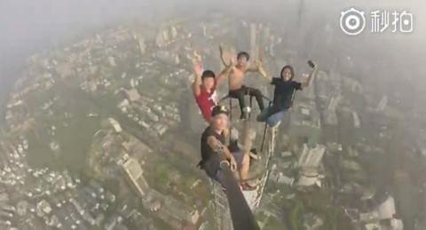 Du khách bị bắt vì trèo tháp hơn 450 m chụp ảnh tự sướng