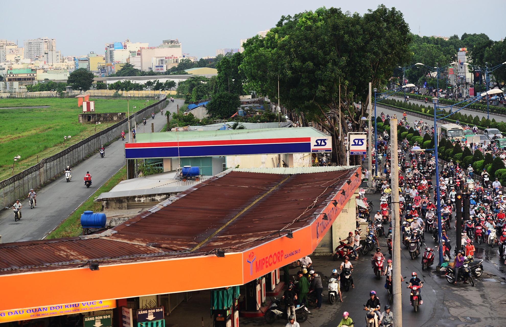 Cận cảnh hàng chục kiốt, cây xăng giáp sân bay Tân Sơn Nhất