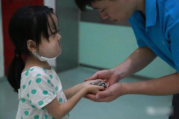 Người cha khóc vì con gái không chịu chữa bệnh, để dành tiền cứu em