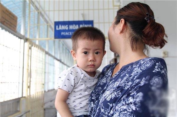 """Đã có """"cha mẹ"""" đến nhận cu Bin ở bệnh viện Từ Dũ, sau 1 tháng... bỏ rơi?"""