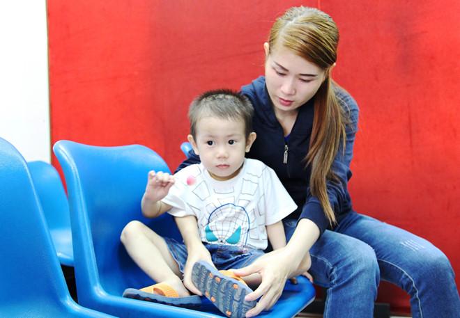 Bé trai 2 tuổi được về với mẹ sau một tháng thất lạc