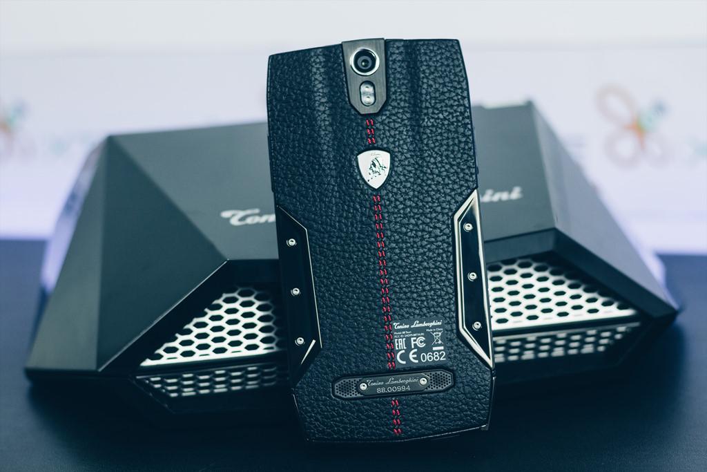 Smartphone Lamborghini cấu hình ngang Bphone giá 100 triệu
