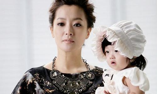 Kim Hee Sun từng muốn bỏ nghề vì con gái bị chê xấu