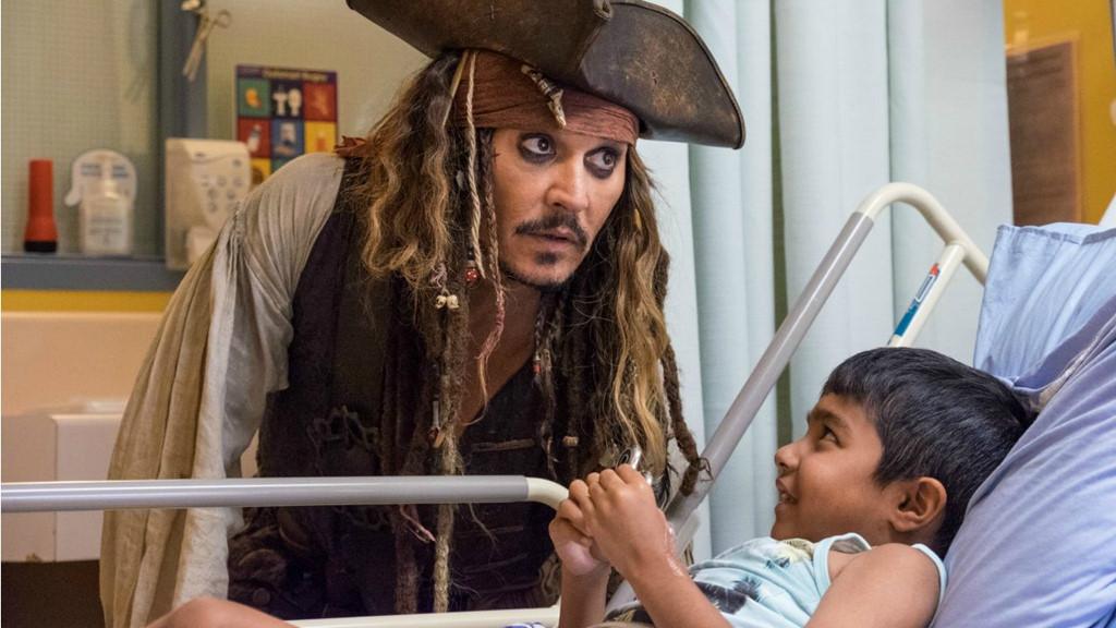 Johnny Depp hóa thuyền trưởng Jack Sparrow thăm hỏi bệnh nhi ung thư