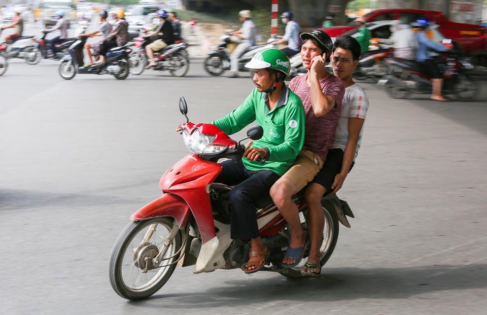 Vì lợi nhuận, nhiều tài xế GrabBike sẵn sàng vi phạm giao thông