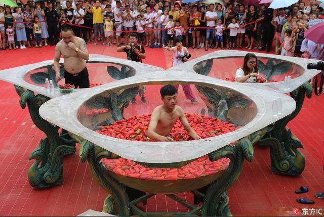 Cay xé lưỡi với cuộc thi ăn ớt kỳ quặc ở Trung Quốc