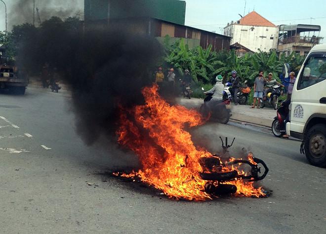 Bỏ chạy thoát thân vì xe máy bốc cháy dữ dội
