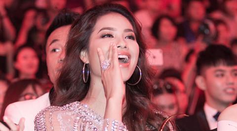 Phạm Hương phấn khích khi xem Sơn Tùng M-TP biểu diễn