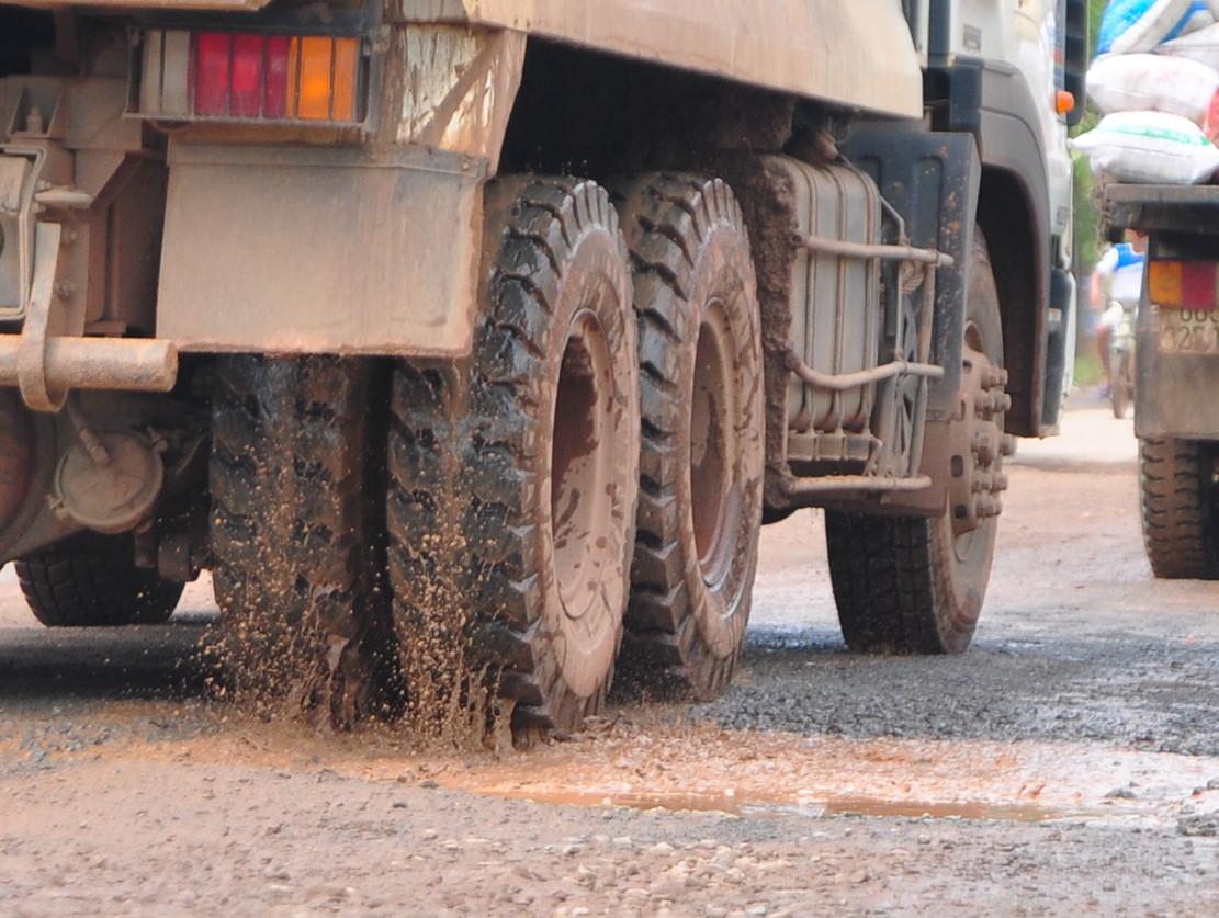 """18 km tỉnh lộ bị xe tải chạy né trạm BOT """"băm nát"""""""