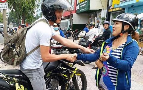 """""""Soái ca áo trắng"""" lái môtô đạp ngã tên cướp trên phố Sài Gòn"""