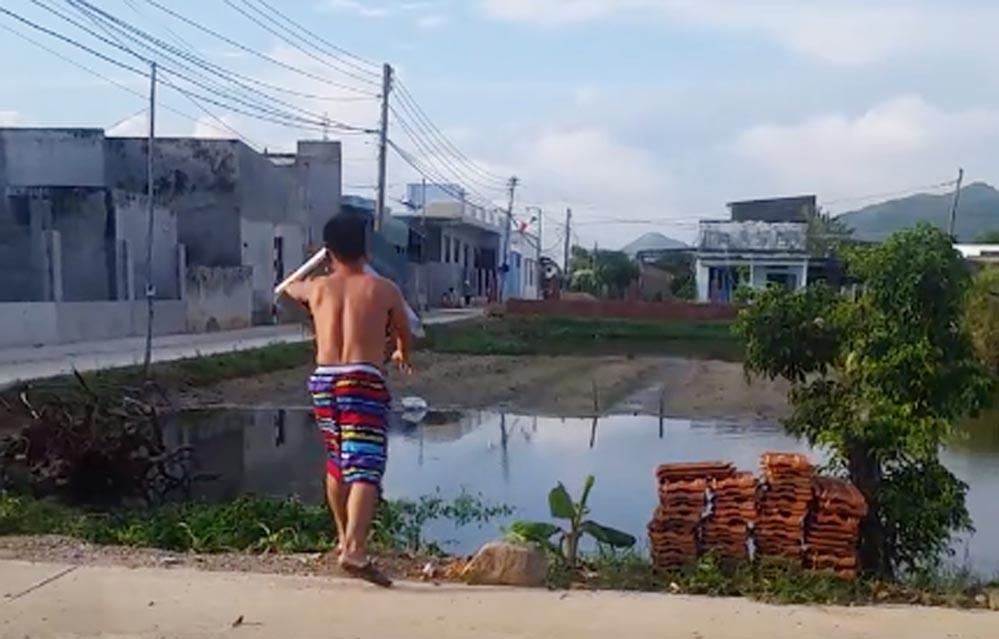 """U22 Việt Nam thua Thái Lan, thanh niên tức giận ném cái """"ùm"""" tivi xuống hồ"""