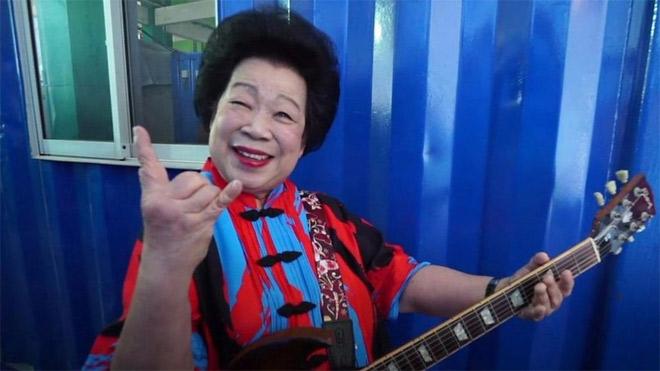 """Cụ bà 81 tuổi chơi Rock """"quên lối về"""" khiến dân tình mê mẩn"""