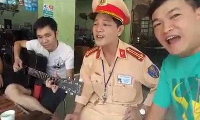 Cảnh sát giao thông hát song ca cùng người vi phạm