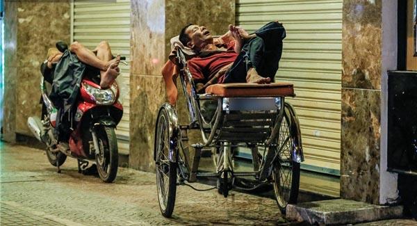 """Đêm Sài Gòn, trằn trọc những giấc ngủ giá 0 đồng ở khách sạn """"ngàn sao"""" lề đường"""