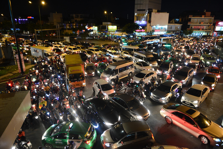 Các ngả đường vào sân bay Tân Sơn Nhất kẹt cứng