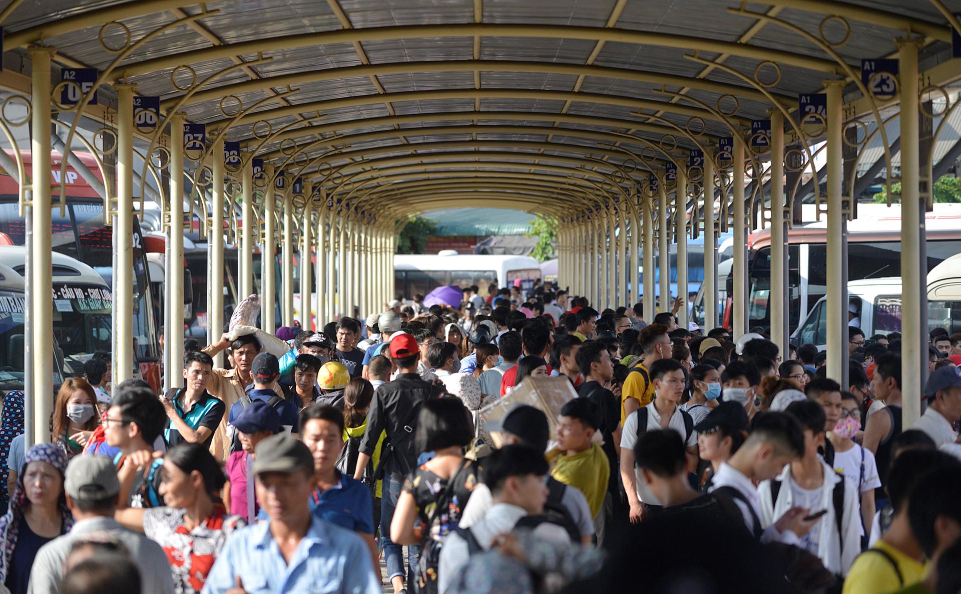 Đường ra sân bay, bến xe ở Sài Gòn và Hà Nội kẹt cứng người đi chơi lễ