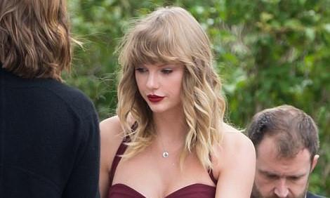 Taylor Swift xinh đẹp làm phù dâu trong đám cưới bạn thân