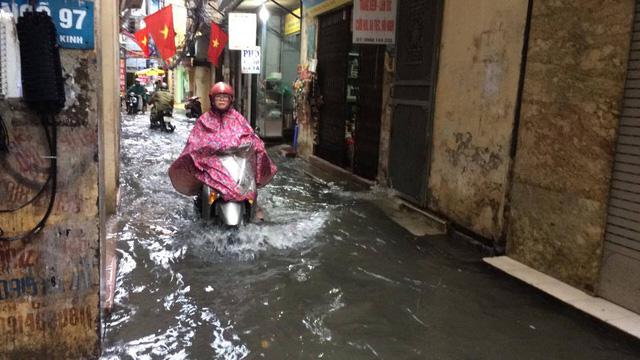 Hà Nội mưa 20 phút nước đã ngập nửa bánh xe
