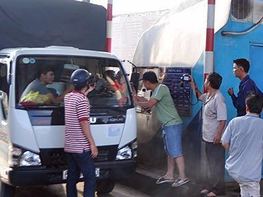 Cảnh hỗn loạn khi tài xế trả tiền lẻ ở trạm BOT tuyến tránh Biên Hòa