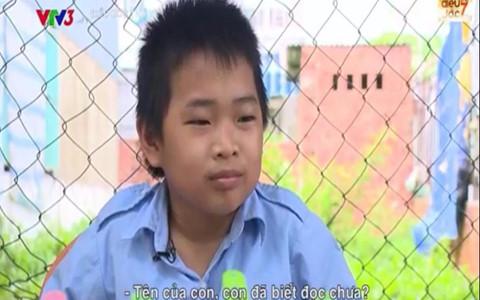 Cậu bé 11 tuổi bán vé số giúp mẹ nuôi anh trai bại não