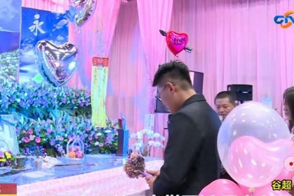 Chàng trai gây sốt mạng vì đính hôn với bạn gái đã chết ngay tại tang lễ của cô