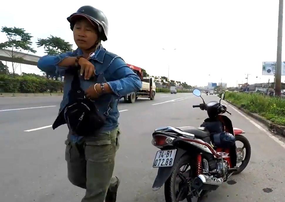 Người đàn ông chặn xe đe dọa người quay clip CSGT làm nhiệm vụ
