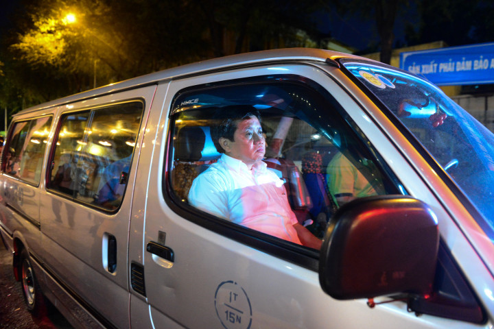 Ông Đoàn Ngọc Hải ngồi trên ôtô chỉ đạo dẹp vỉa hè sau khi bị đe dọa
