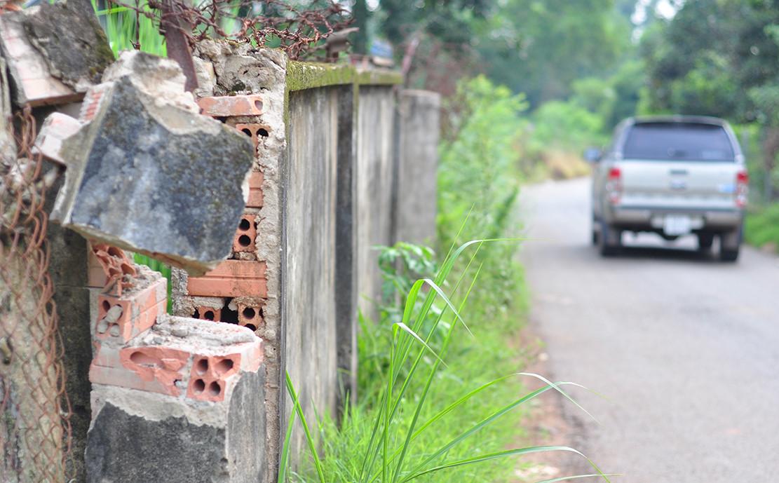 Ôtô né trạm BOT gây lún đường, nứt tường nhà dân