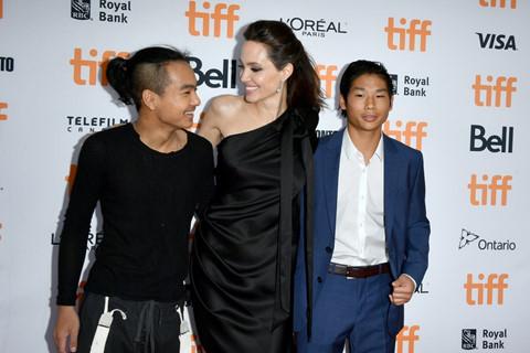Pax Thiên và Maddox phong cách trên thảm đỏ cùng Angelina Jolie