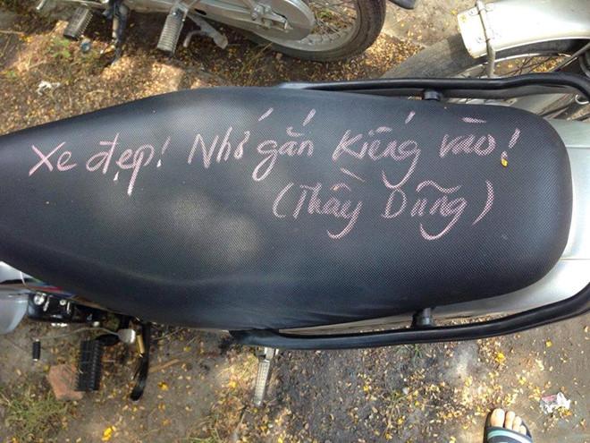 Thầy giáo viết chữ kín yên xe nhắc học sinh lắp gương chiếu hậu