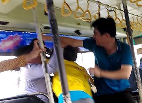 Tiếp viên đánh nhau với đôi nam nữ trên xe buýt ở Sài Gòn