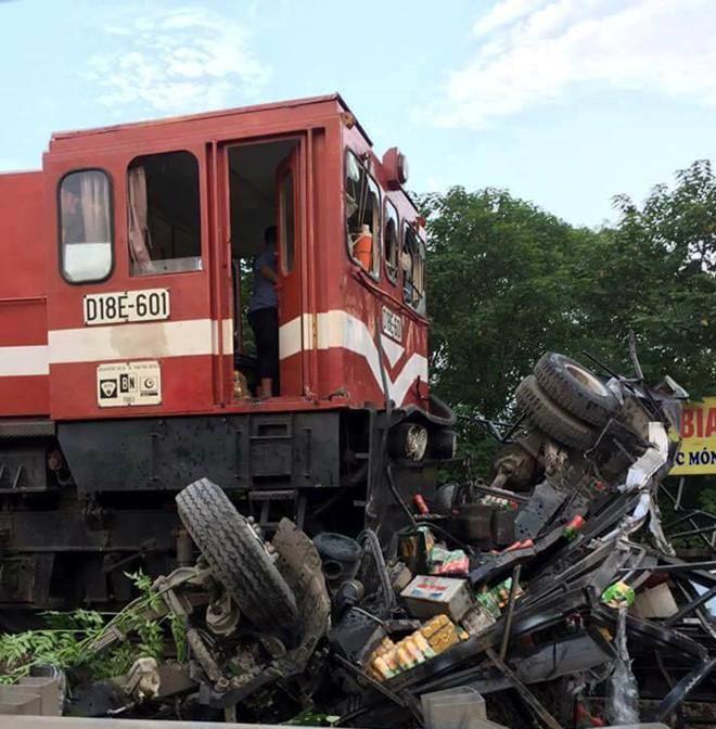 Xe tải đâm tàu hỏa, lái xe bị thương nặng