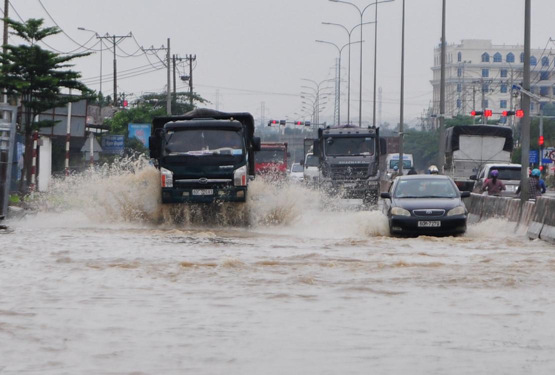 Quốc lộ 51 ở Đồng Nai chìm trong biển nước suốt 7 giờ