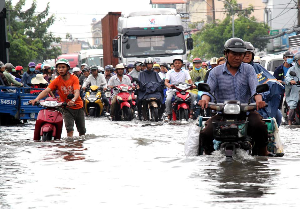 Sài Gòn mưa như thác đổ, người dân lội bì bõm đi làm
