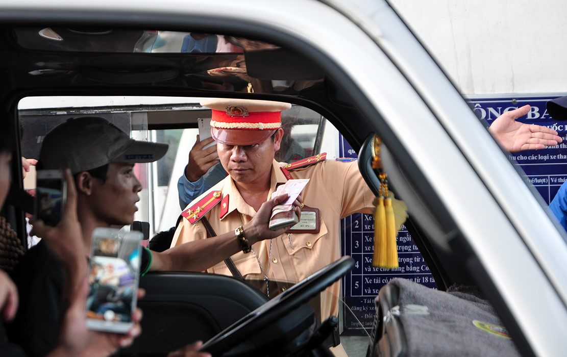 Cảnh sát giao thông ngăn tài xế trả tiền lẻ ở BOT Biên Hòa