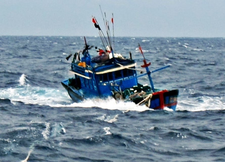 2 ngư dân thoát chết kỳ diệu khi lênh đênh trên biển trong bão số 10